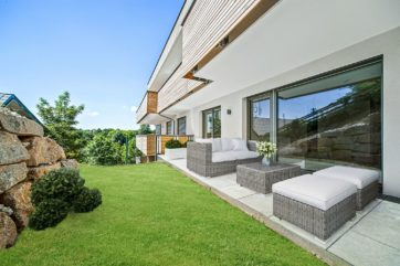 Garten begrünt, Terrasse möbliert
