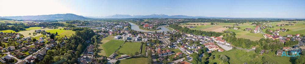 Drohnen-Luftaufnahme von Oberndorf im Flachgau, Salzburg