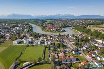 Drohnen-Luftaufnahme von Oberndorf und der Salzach