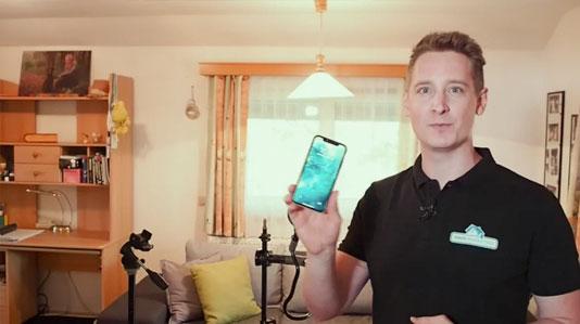 Smartphone und Stativ zur Fotografie einer Wohnimmobilie